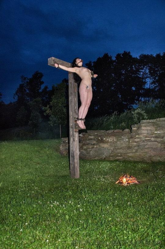 """【野外SM】キリスト教まんさんには最高に屈辱な""""野外磔プレイ""""、これは宗教的にアウトですわ・・・・・(画像30枚)・9枚目"""