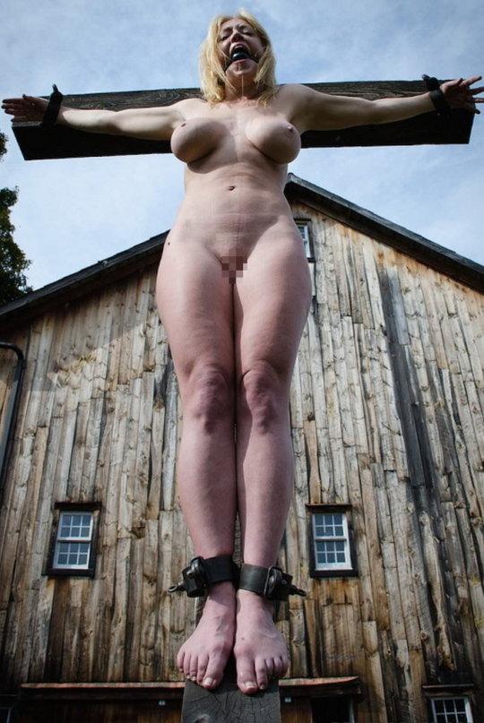 """【野外SM】キリスト教まんさんには最高に屈辱な""""野外磔プレイ""""、これは宗教的にアウトですわ・・・・・(画像30枚)・30枚目"""
