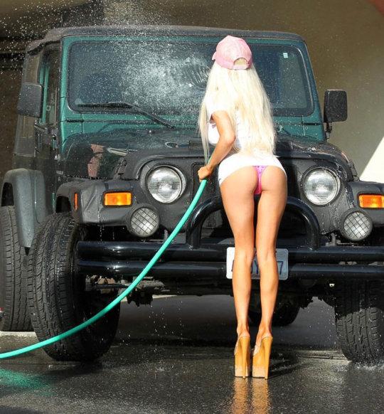 【新サービス】アメリカで大人気のエロいねーちゃんが半裸で洗車してくれるサービス、これほぼ風俗だろwwwwwwww(画像30枚)・7枚目