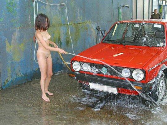 【新サービス】アメリカで大人気のエロいねーちゃんが半裸で洗車してくれるサービス、これほぼ風俗だろwwwwwwww(画像30枚)・16枚目