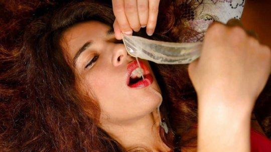【コンドームごっくん】コンドームに残されたザーメンを摂取する外人ネキ、プロテインに貪欲過ぎだろwwwwwwww(画像あり)・17枚目