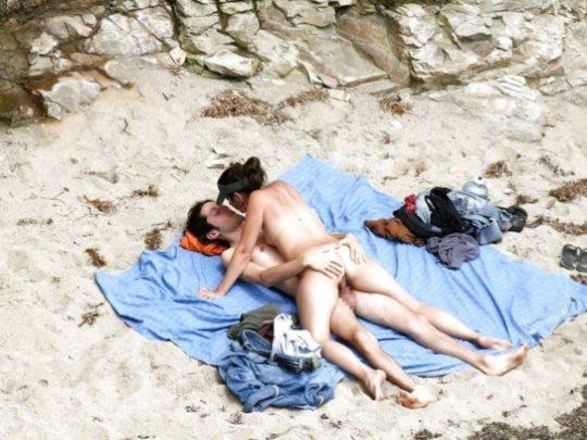 """""""ヌーディストビーチ""""でフェラ・セックスしてる女たち、ルールどうなってんの??(454枚)・237枚目"""