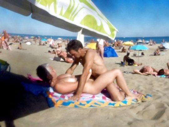"""""""ヌーディストビーチ""""でフェラ・セックスしてる女たち、ルールどうなってんの??(454枚)・291枚目"""