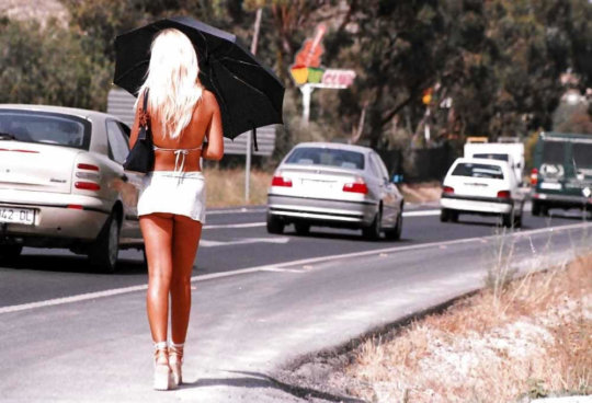 【路上売春婦】日本と同じノリでミニスカ&タンクトップとかで海外旅行行くまんさん、そんな恰好してるの売春婦だけだぞwwwwwwww(画像あり)・2枚目
