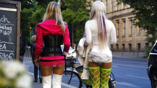 【路上売春婦】日本と同じノリでミニスカ&タンクトップとかで海外旅行行くまんさん、そんな恰好してるの売春婦だけだぞwwwwwwww(画像あり)・10枚目