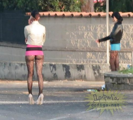 【路上売春婦】日本と同じノリでミニスカ&タンクトップとかで海外旅行行くまんさん、そんな恰好してるの売春婦だけだぞwwwwwwww(画像あり)・19枚目