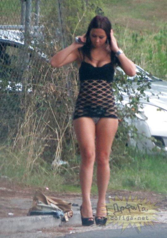 【路上売春婦】日本と同じノリでミニスカ&タンクトップとかで海外旅行行くまんさん、そんな恰好してるの売春婦だけだぞwwwwwwww(画像あり)・21枚目