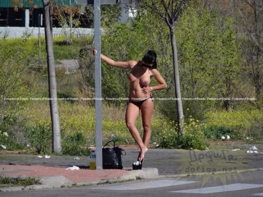 【路上売春婦】日本と同じノリでミニスカ&タンクトップとかで海外旅行行くまんさん、そんな恰好してるの売春婦だけだぞwwwwwwww(画像あり)・28枚目