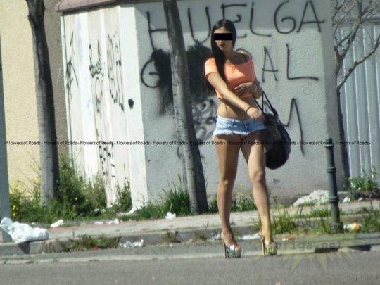 【路上売春婦】日本と同じノリでミニスカ&タンクトップとかで海外旅行行くまんさん、そんな恰好してるの売春婦だけだぞwwwwwwww(画像あり)・29枚目