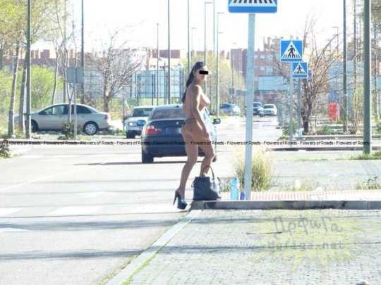 【路上売春婦】日本と同じノリでミニスカ&タンクトップとかで海外旅行行くまんさん、そんな恰好してるの売春婦だけだぞwwwwwwww(画像あり)・30枚目