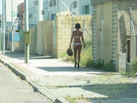 【路上売春婦】日本と同じノリでミニスカ&タンクトップとかで海外旅行行くまんさん、そんな恰好してるの売春婦だけだぞwwwwwwww(画像あり)・31枚目