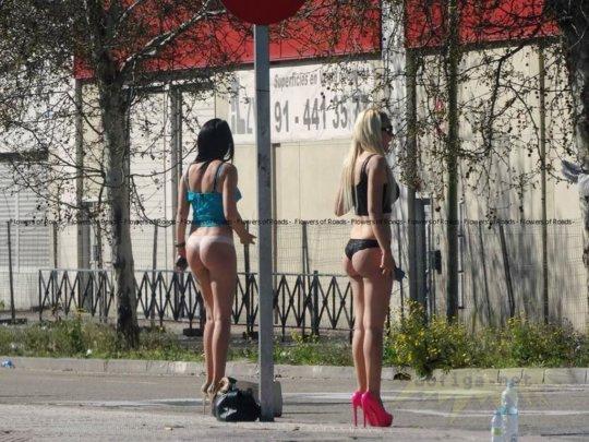 【路上売春婦】日本と同じノリでミニスカ&タンクトップとかで海外旅行行くまんさん、そんな恰好してるの売春婦だけだぞwwwwwwww(画像あり)・34枚目