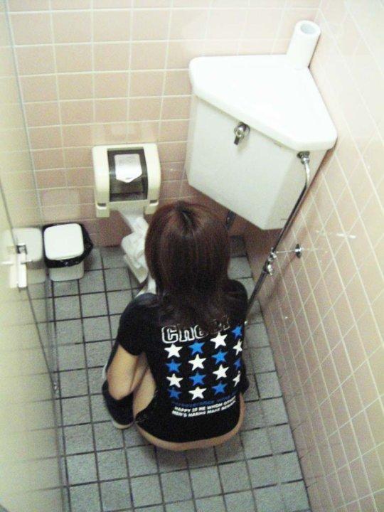 【バレたら即詰み】女子トイレを隣の個室の上から覗くというチャレンジャーにのみ許された光景wwwwwww(画像30枚)・2枚目