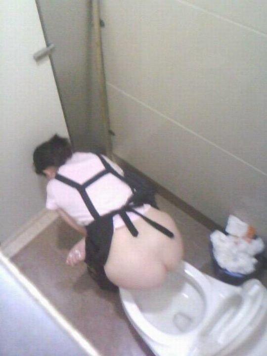 【バレたら即詰み】女子トイレを隣の個室の上から覗くというチャレンジャーにのみ許された光景wwwwwww(画像30枚)・8枚目