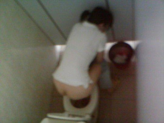 【バレたら即詰み】女子トイレを隣の個室の上から覗くというチャレンジャーにのみ許された光景wwwwwww(画像30枚)・12枚目