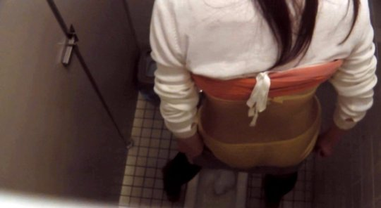 【バレたら即詰み】女子トイレを隣の個室の上から覗くというチャレンジャーにのみ許された光景wwwwwww(画像30枚)・15枚目