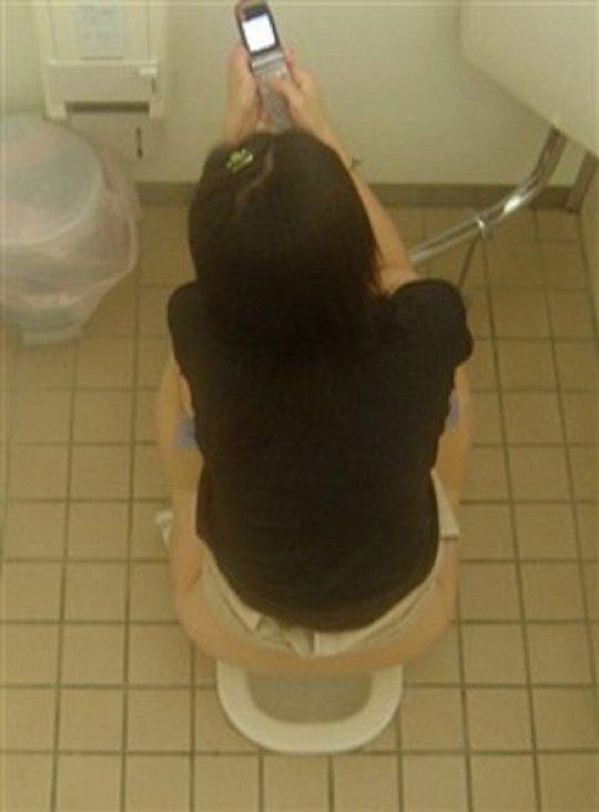 【バレたら即詰み】女子トイレを隣の個室の上から覗くというチャレンジャーにのみ許された光景wwwwwww(画像30枚)・19枚目