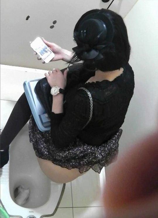 【バレたら即詰み】女子トイレを隣の個室の上から覗くというチャレンジャーにのみ許された光景wwwwwww(画像30枚)・20枚目