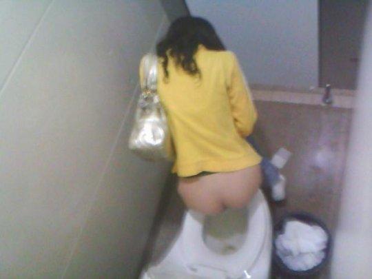 【バレたら即詰み】女子トイレを隣の個室の上から覗くというチャレンジャーにのみ許された光景wwwwwww(画像30枚)・21枚目