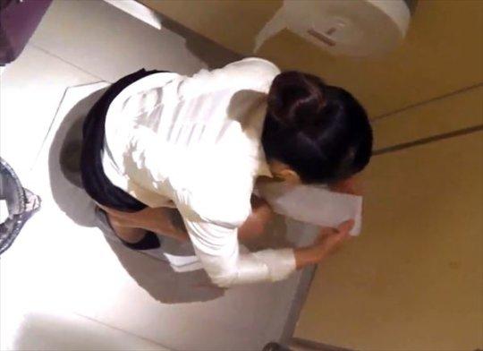 【バレたら即詰み】女子トイレを隣の個室の上から覗くというチャレンジャーにのみ許された光景wwwwwww(画像30枚)・23枚目