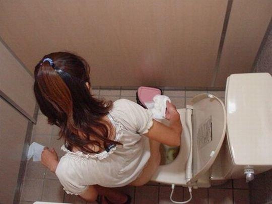 【バレたら即詰み】女子トイレを隣の個室の上から覗くというチャレンジャーにのみ許された光景wwwwwww(画像30枚)・25枚目
