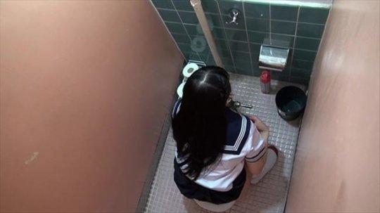 【バレたら即詰み】女子トイレを隣の個室の上から覗くというチャレンジャーにのみ許された光景wwwwwww(画像30枚)・28枚目