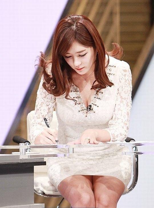 【イメクラ嬢レベル】韓国女子アナの平均的なスカートの短さ、これもう普通に痴女だろwwwwwwwww(画像30枚)・12枚目