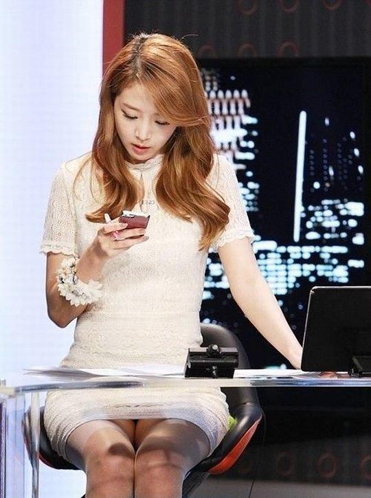 【イメクラ嬢レベル】韓国女子アナの平均的なスカートの短さ、これもう普通に痴女だろwwwwwwwww(画像30枚)・21枚目