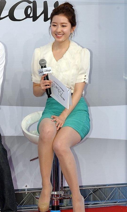 【イメクラ嬢レベル】韓国女子アナの平均的なスカートの短さ、これもう普通に痴女だろwwwwwwwww(画像30枚)・26枚目