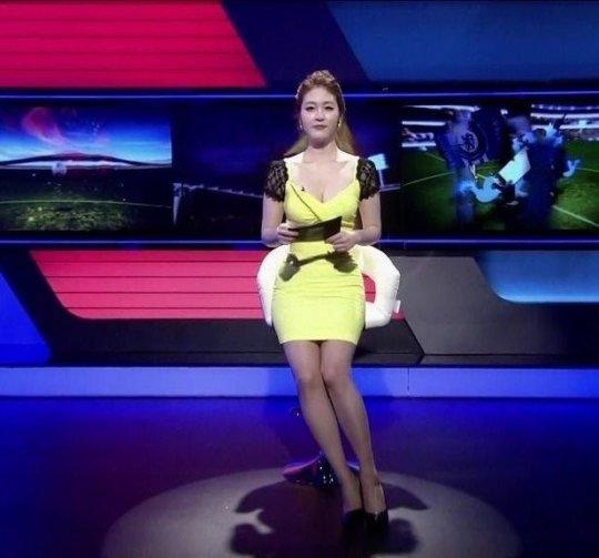 【イメクラ嬢レベル】韓国女子アナの平均的なスカートの短さ、これもう普通に痴女だろwwwwwwwww(画像30枚)・30枚目