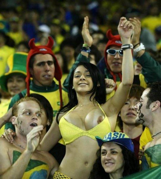 【サポーターおっぱい】サッカーのサポーターという簡単におっぱいを見せてくれるまんさん、ほぼ露出狂で草wwwwwwwww(画像あり)・2枚目