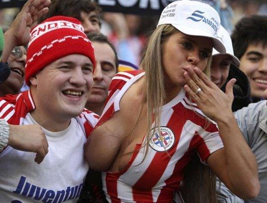 【サポーターおっぱい】サッカーのサポーターという簡単におっぱいを見せてくれるまんさん、ほぼ露出狂で草wwwwwwwww(画像あり)・6枚目