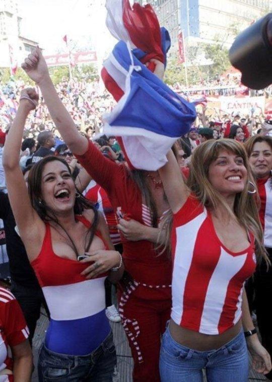 【サポーターおっぱい】サッカーのサポーターという簡単におっぱいを見せてくれるまんさん、ほぼ露出狂で草wwwwwwwww(画像あり)・12枚目