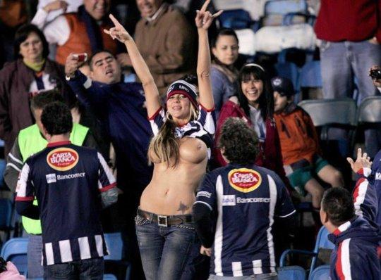【サポーターおっぱい】サッカーのサポーターという簡単におっぱいを見せてくれるまんさん、ほぼ露出狂で草wwwwwwwww(画像あり)・18枚目