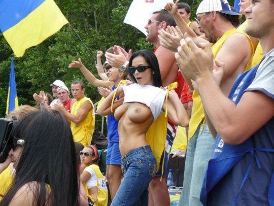 【サポーターおっぱい】サッカーのサポーターという簡単におっぱいを見せてくれるまんさん、ほぼ露出狂で草wwwwwwwww(画像あり)・20枚目