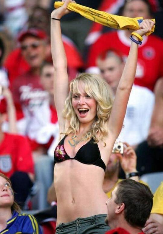 【サポーターおっぱい】サッカーのサポーターという簡単におっぱいを見せてくれるまんさん、ほぼ露出狂で草wwwwwwwww(画像あり)・21枚目
