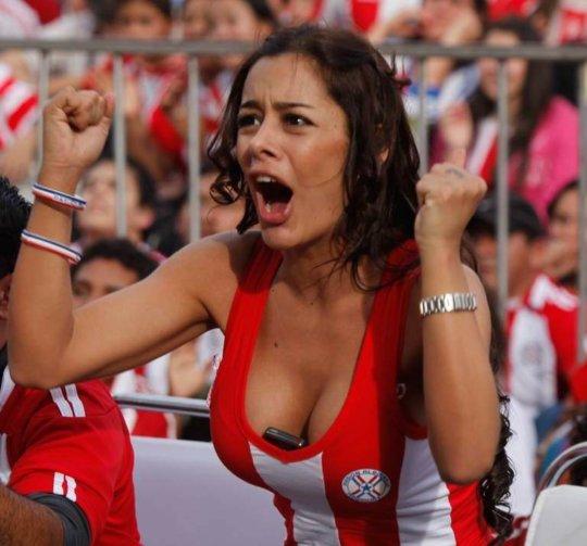 【サポーターおっぱい】サッカーのサポーターという簡単におっぱいを見せてくれるまんさん、ほぼ露出狂で草wwwwwwwww(画像あり)・22枚目