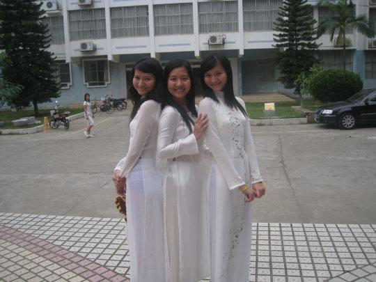 【エロ民族衣装】ベトナムのアオザイというパンツもブラも透けまくりな民族衣装、これは視姦不可避wwwwwwwww(画像30枚)・1枚目