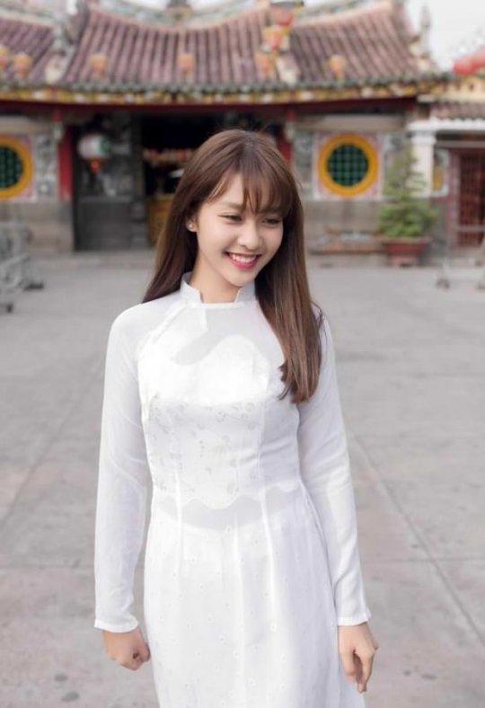 【エロ民族衣装】ベトナムのアオザイというパンツもブラも透けまくりな民族衣装、これは視姦不可避wwwwwwwww(画像30枚)・2枚目