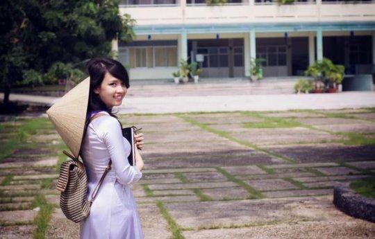 【エロ民族衣装】ベトナムのアオザイというパンツもブラも透けまくりな民族衣装、これは視姦不可避wwwwwwwww(画像30枚)・3枚目
