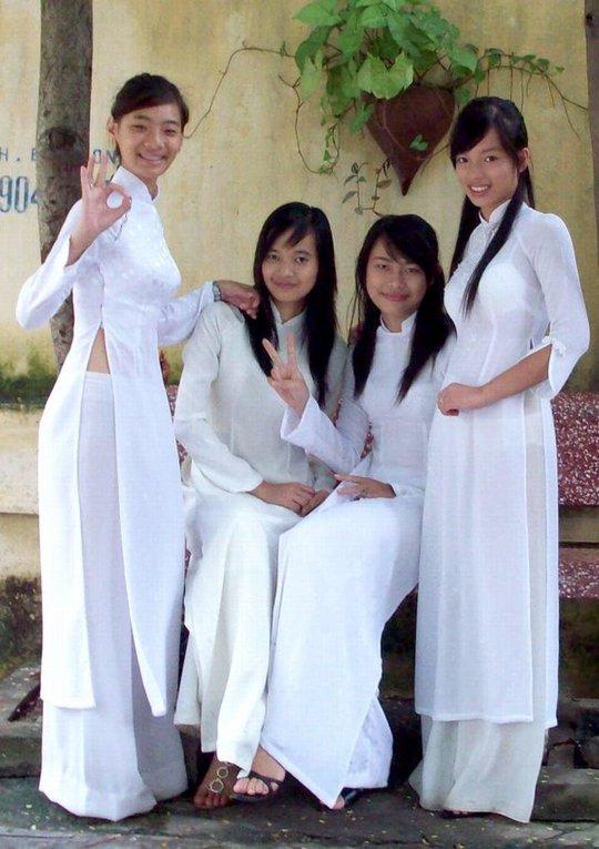 【エロ民族衣装】ベトナムのアオザイというパンツもブラも透けまくりな民族衣装、これは視姦不可避wwwwwwwww(画像30枚)・6枚目
