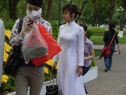 【エロ民族衣装】ベトナムのアオザイというパンツもブラも透けまくりな民族衣装、これは視姦不可避wwwwwwwww(画像30枚)・9枚目