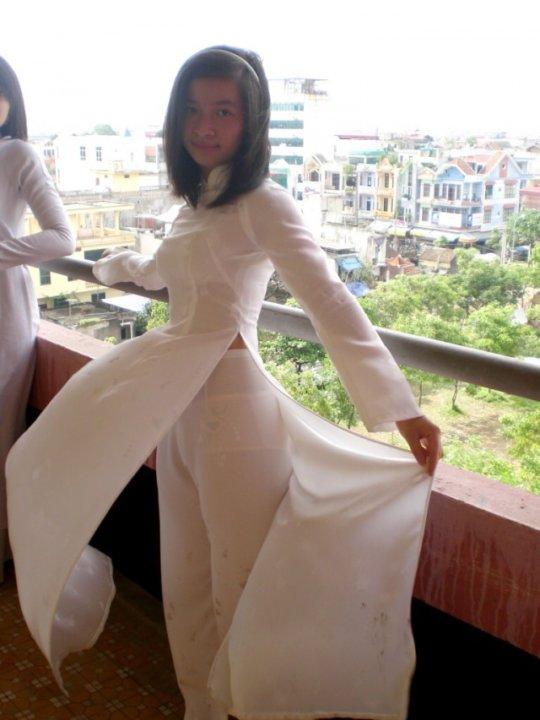 【エロ民族衣装】ベトナムのアオザイというパンツもブラも透けまくりな民族衣装、これは視姦不可避wwwwwwwww(画像30枚)・12枚目