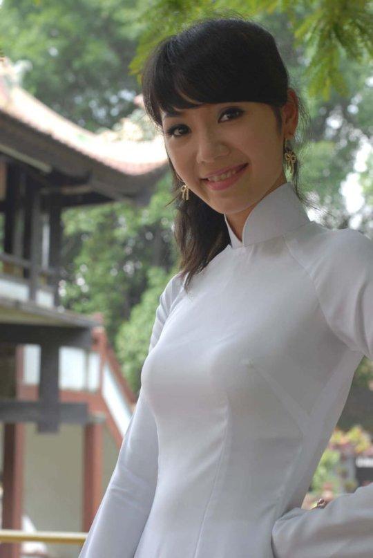 【エロ民族衣装】ベトナムのアオザイというパンツもブラも透けまくりな民族衣装、これは視姦不可避wwwwwwwww(画像30枚)・16枚目