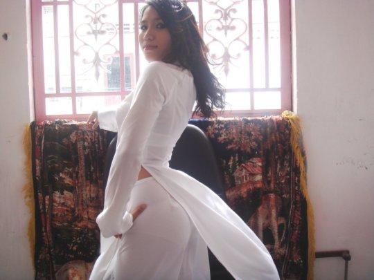 【エロ民族衣装】ベトナムのアオザイというパンツもブラも透けまくりな民族衣装、これは視姦不可避wwwwwwwww(画像30枚)・17枚目