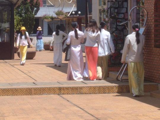 【エロ民族衣装】ベトナムのアオザイというパンツもブラも透けまくりな民族衣装、これは視姦不可避wwwwwwwww(画像30枚)・18枚目