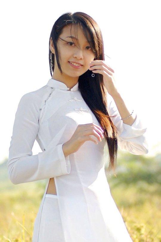 【エロ民族衣装】ベトナムのアオザイというパンツもブラも透けまくりな民族衣装、これは視姦不可避wwwwwwwww(画像30枚)・19枚目