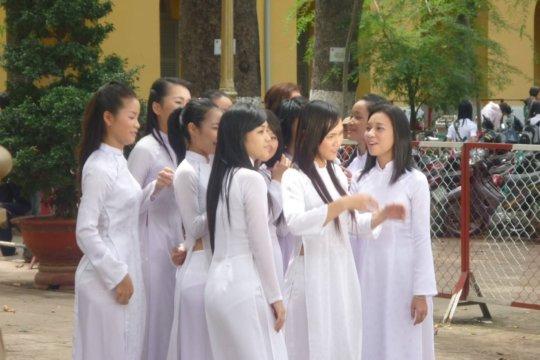 【エロ民族衣装】ベトナムのアオザイというパンツもブラも透けまくりな民族衣装、これは視姦不可避wwwwwwwww(画像30枚)・23枚目