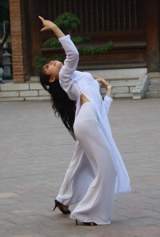 【エロ民族衣装】ベトナムのアオザイというパンツもブラも透けまくりな民族衣装、これは視姦不可避wwwwwwwww(画像30枚)・25枚目