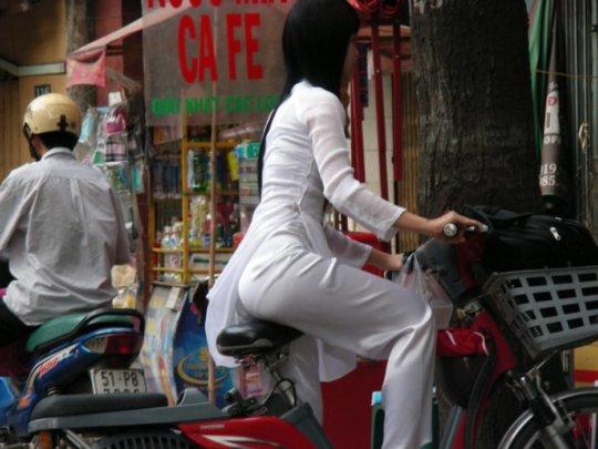 【エロ民族衣装】ベトナムのアオザイというパンツもブラも透けまくりな民族衣装、これは視姦不可避wwwwwwwww(画像30枚)・26枚目